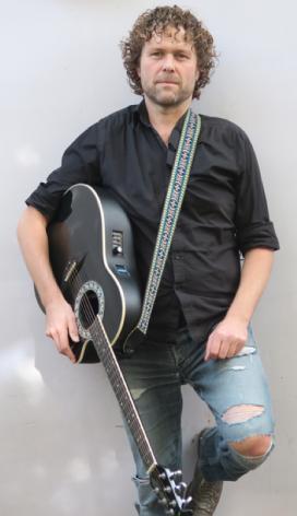 Hier een betere foto van Me Myself & I met mijn gitaar..